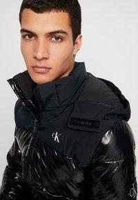 Calvin Klein Jeans - HIGH SHINE PADDED PUFFER - Veste d'hiver - black - 5