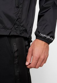 Calvin Klein Jeans - HARRINGTON - Lehká bunda - black - 3