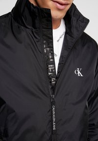 Calvin Klein Jeans - HARRINGTON - Lehká bunda - black - 5