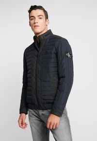 Calvin Klein Jeans - PADDED HOOD ZIP THROUGH - Kurtka przejściowa - black - 0