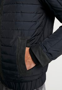 Calvin Klein Jeans - PADDED HOOD ZIP THROUGH - Kurtka przejściowa - black - 4