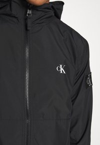 Calvin Klein Jeans - HOODED BLOCKING NYLON JACKET - Kevyt takki - black/white - 5