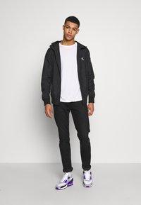 Calvin Klein Jeans - HOODED BLOCKING NYLON JACKET - Kevyt takki - black/white - 1