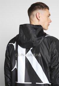 Calvin Klein Jeans - ZIP THROUGH HD JACKET - Kevyt takki - black - 4