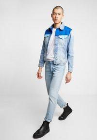 Calvin Klein Jeans - FOUNDATION TRUCKER JACKET - Džínová bunda - mohonk light blue - 1