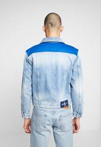 Calvin Klein Jeans - FOUNDATION TRUCKER JACKET - Džínová bunda - mohonk light blue - 2