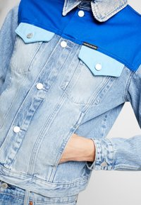 Calvin Klein Jeans - FOUNDATION TRUCKER JACKET - Džínová bunda - mohonk light blue - 4