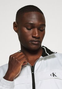 Calvin Klein Jeans - ZIP UP HARRINGTON - Tunn jacka - bright white - 3