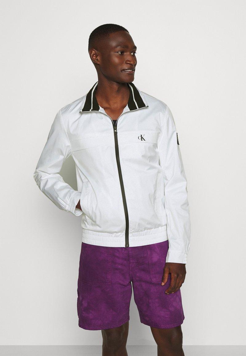 Calvin Klein Jeans - ZIP UP HARRINGTON - Tunn jacka - bright white