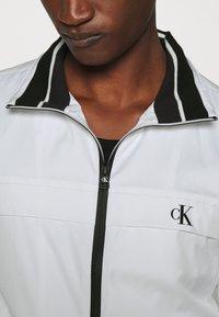 Calvin Klein Jeans - ZIP UP HARRINGTON - Tunn jacka - bright white - 5
