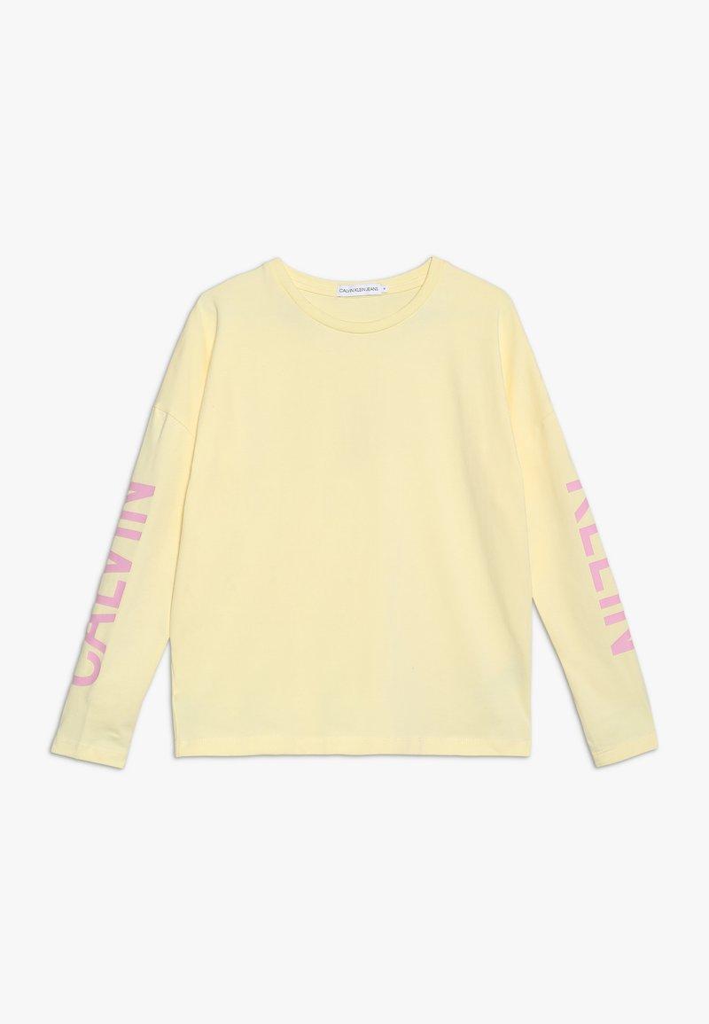 Calvin Klein Jeans - LONG SLEEVE LOGO GIRLS TEE - Langærmede T-shirts - yellow