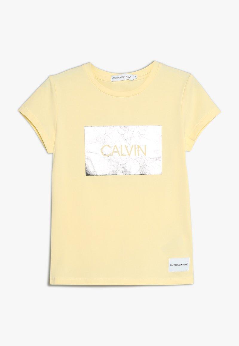 Calvin Klein Jeans - BOX SLIM FIT TEE - Triko spotiskem - yellow