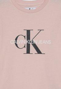 Calvin Klein Jeans - MONOGRAM  - T-shirts print - pink - 3