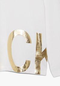 Calvin Klein Jeans - FOIL - Maglietta a manica lunga - white - 2