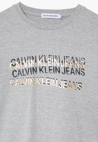 Calvin Klein Jeans - FOIL TRIPLE LOGO - Pitkähihainen paita - grey - 3