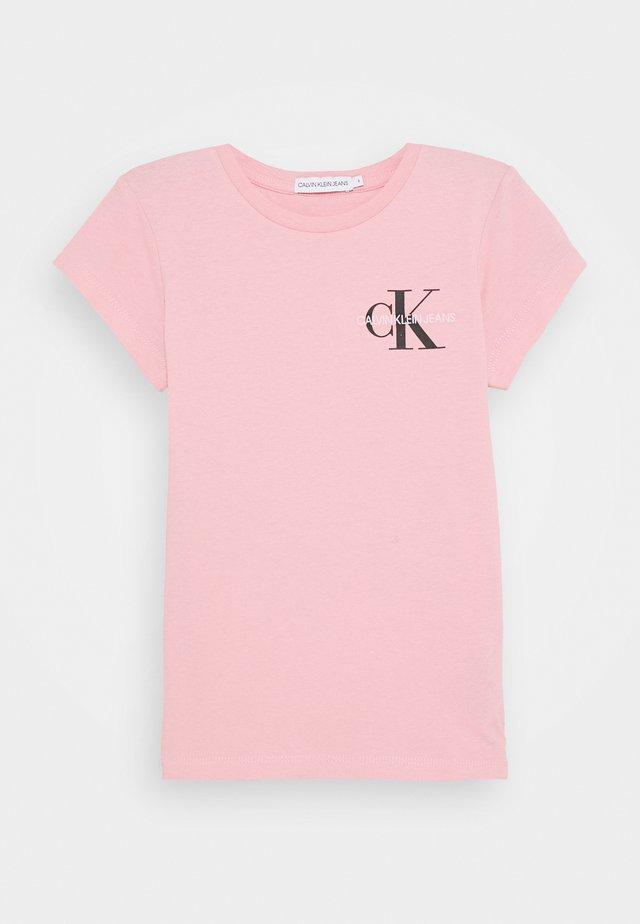 CHEST MONOGRAM - Camiseta básica - pink