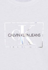 Calvin Klein Jeans - SMALL MONOGRAM - T-shirt print - white - 2