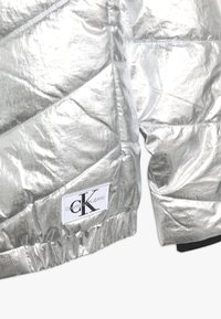 Calvin Klein Jeans - LIGHT HOOD BOMBER GIRLS - Chaqueta de invierno - silver - 4