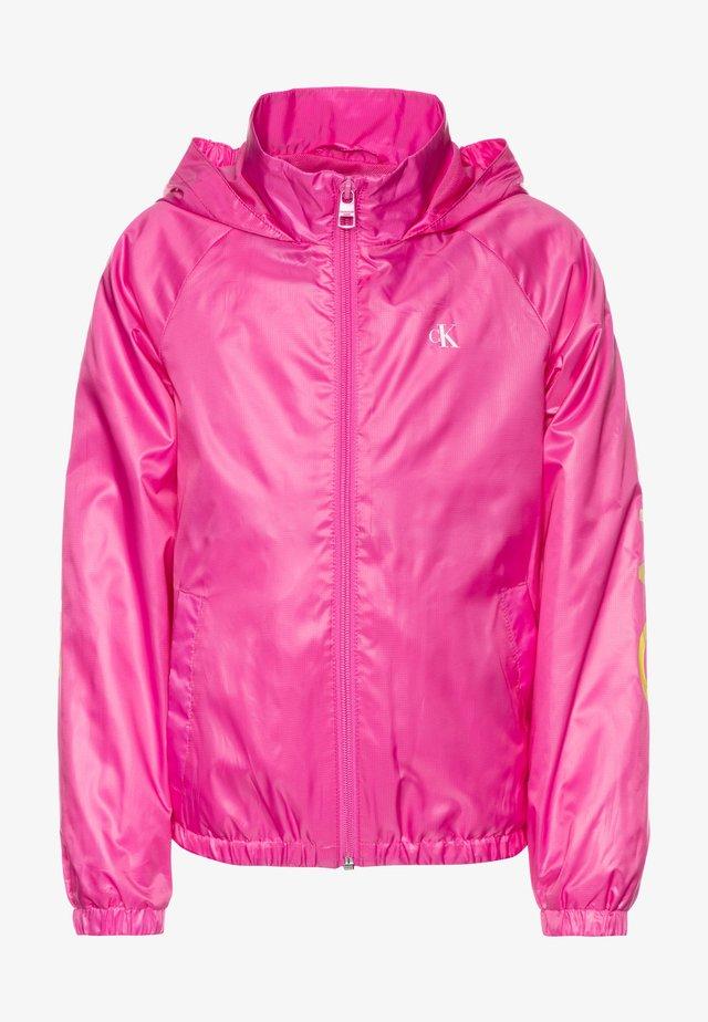 PACKABLE HERO LOGO - Overgangsjakker - pink