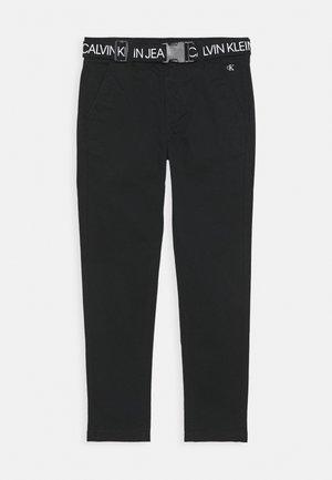 LOGO BELT TAPERED CHINO - Kalhoty - black