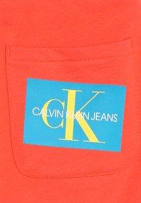 Calvin Klein Jeans - MONOGRAM PATCH PRINT  - Kraťasy - red - 3