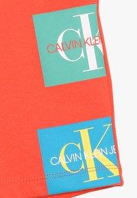 Calvin Klein Jeans - MONOGRAM PATCH PRINT  - Kraťasy - red - 2