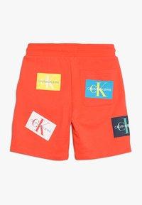 Calvin Klein Jeans - MONOGRAM PATCH PRINT  - Kraťasy - red - 1