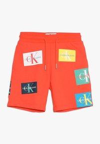 Calvin Klein Jeans - MONOGRAM PATCH PRINT  - Kraťasy - red - 0