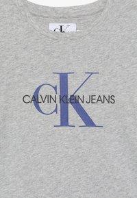 Calvin Klein Jeans - MONOGRAM  - T-shirt con stampa - grey - 3