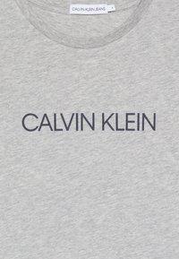Calvin Klein Jeans - INSTITUTIONAL UNISEX - T-shirt imprimé - grey - 3