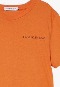 Calvin Klein Jeans - CHEST LOGO - Camiseta básica - orange - 3