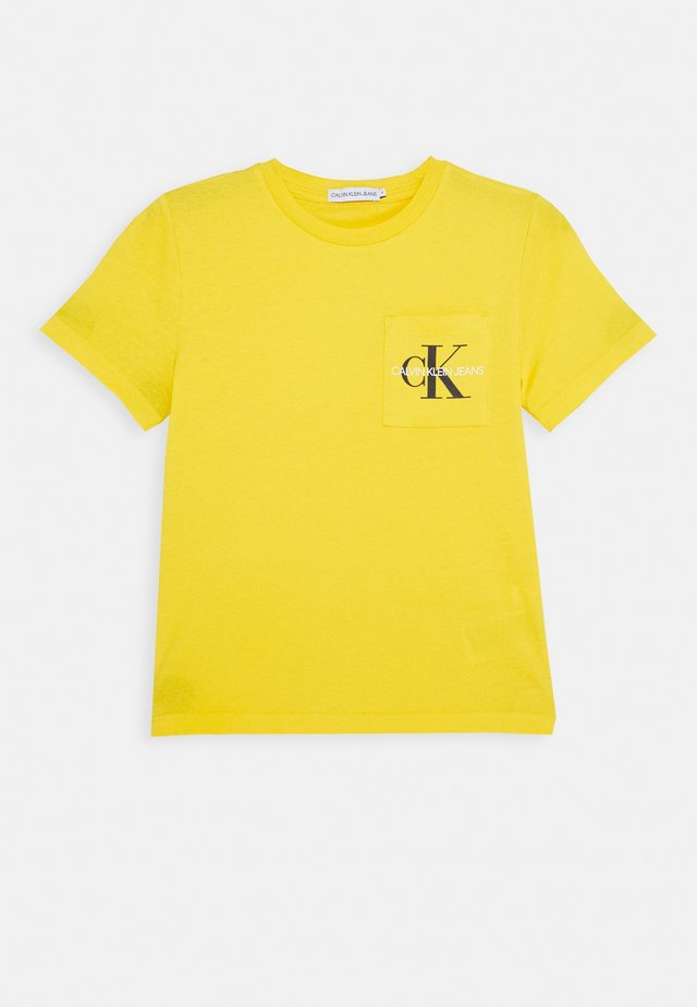 MONOGRAM POCKET  - T-shirt imprimé - yellow
