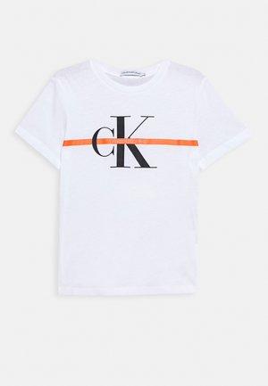 MONOGRAM STRIPE - Camiseta estampada - white
