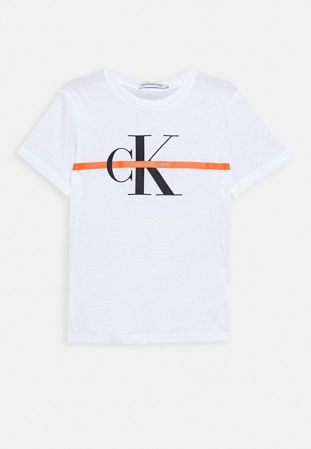 MONOGRAM STRIPE - T-shirt imprimé - white