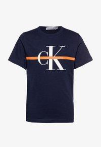Calvin Klein Jeans - MONOGRAM STRIPE - T-shirts med print - blue - 0