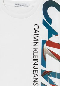 Calvin Klein Jeans - BASKETBALL GRAPHIC - Camiseta estampada - white