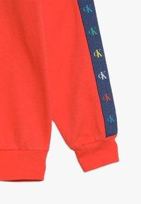Calvin Klein Jeans - MONOGRAM TAPE HOODIE - Mikina - red - 2