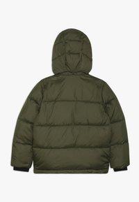 Calvin Klein Jeans - ESSENTIAL PUFFER JACKET - Veste d'hiver - green - 1