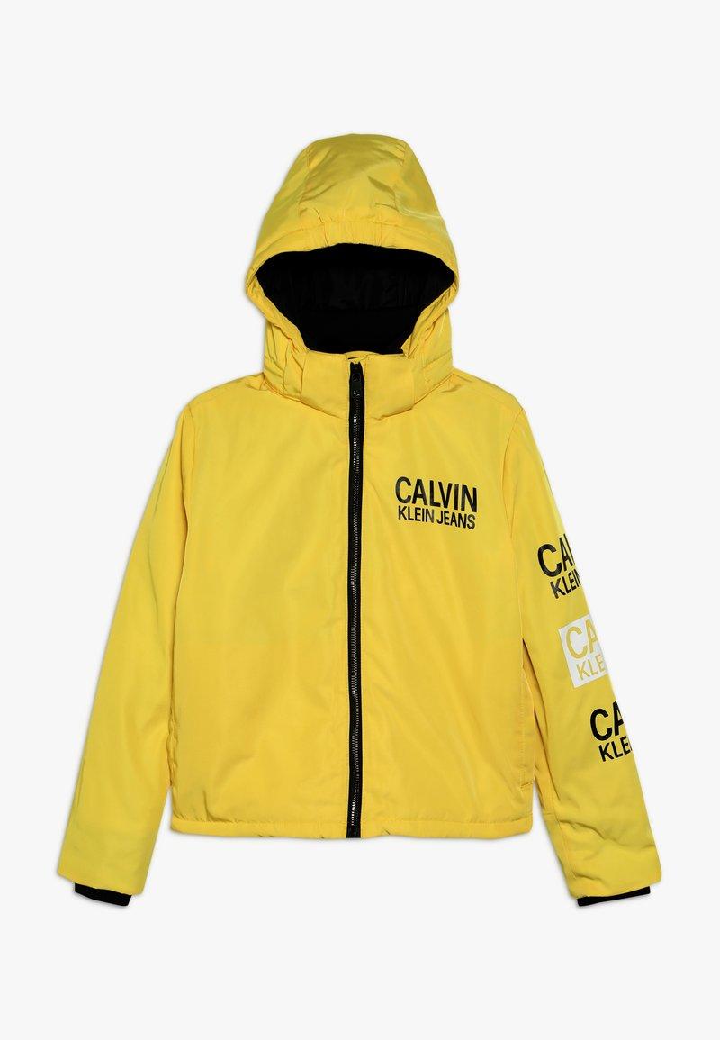 Calvin Klein Jeans - STAMP LOGO HOODED SHORT JACKET - Talvitakki - yellow