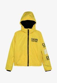 Calvin Klein Jeans - STAMP LOGO HOODED SHORT JACKET - Talvitakki - yellow - 4
