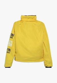 Calvin Klein Jeans - STAMP LOGO HOODED SHORT JACKET - Talvitakki - yellow - 2