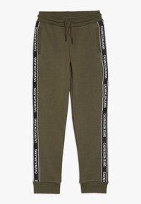Calvin Klein Jeans - SIDE LOGO TAPE - Teplákové kalhoty - green - 0