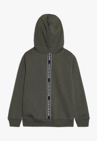 Calvin Klein Jeans - LOGO TAPE HOODIE - Sweat à capuche - green - 1