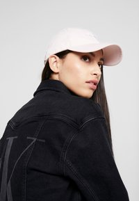 Calvin Klein Jeans - MONOGRAM WITH EMBROIDERY - Caps - pink - 1