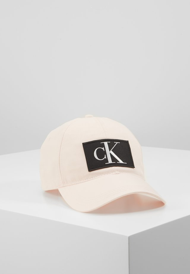 ESSENTIALS CAP - Pet - pink