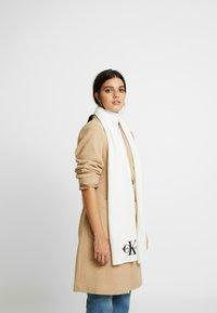 Calvin Klein Jeans - BASIC WOMEN SCARF - Sjal / Tørklæder - white - 0