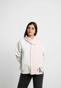 Calvin Klein Jeans - BASIC WOMEN SCARF - Sjaal - pink - 0