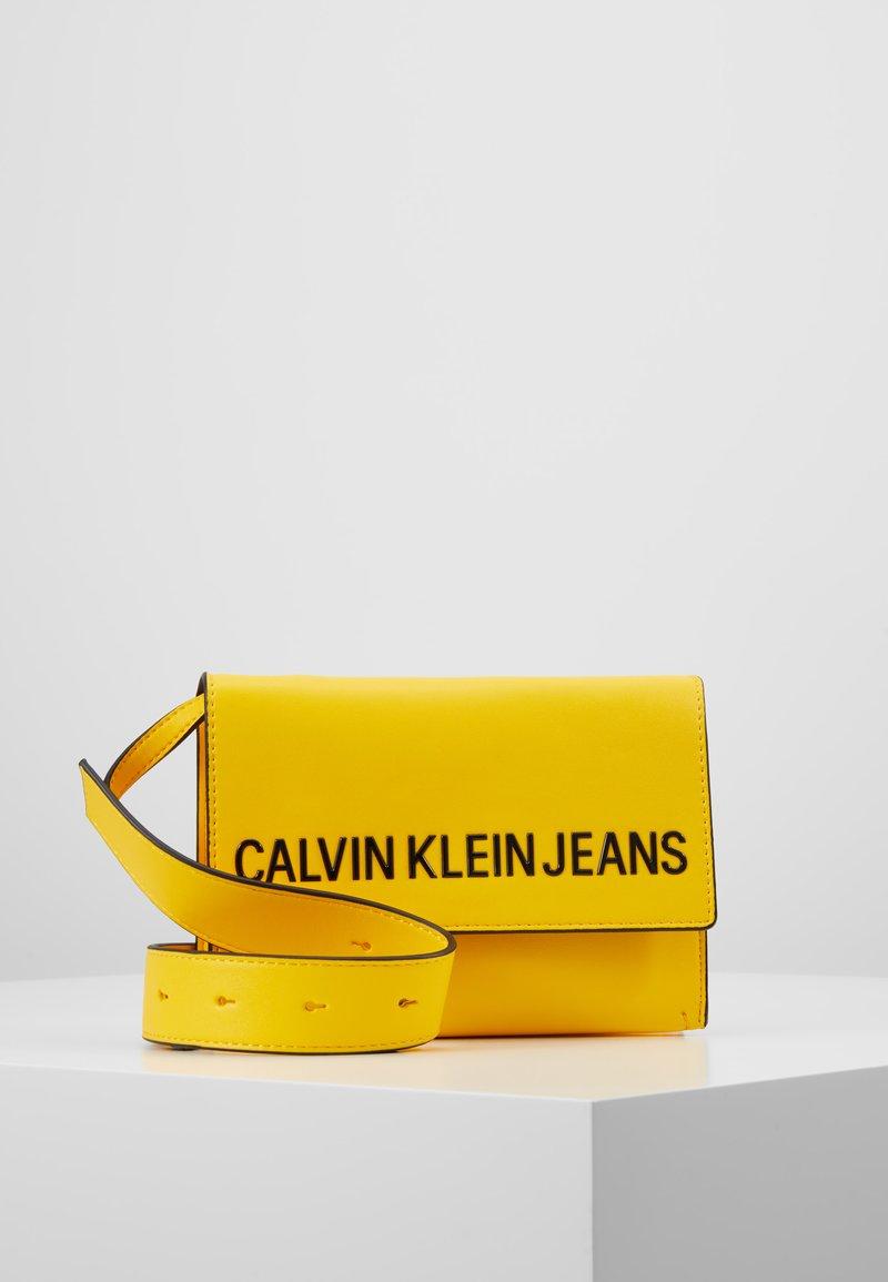 Calvin Klein Jeans - SCULPTED ENVELOPE SLING - Bandolera - yellow