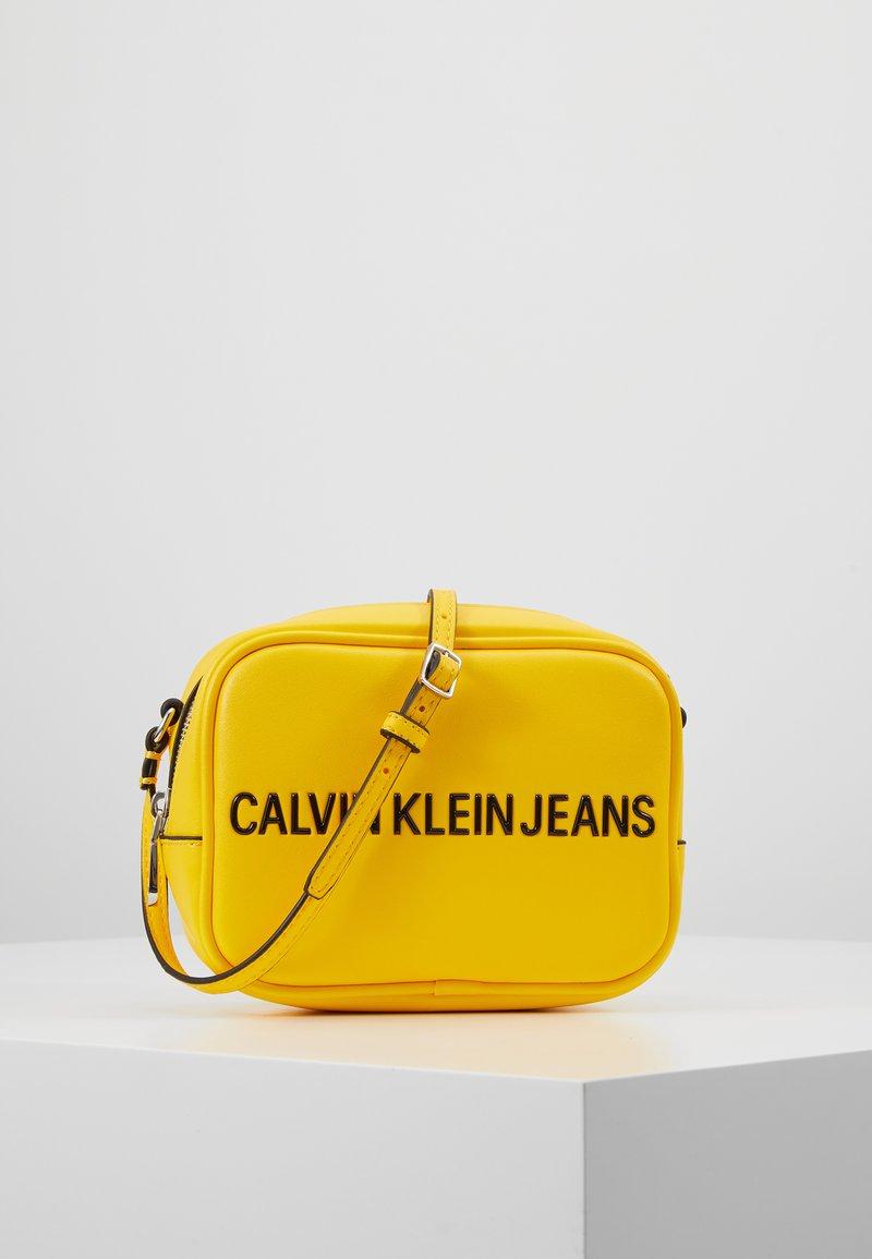 Calvin Klein Jeans - SCULPTED CAMERA BAG - Bandolera - yellow