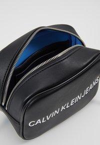 Calvin Klein Jeans - SCULPTED CAMERA BAG - Umhängetasche - black - 4